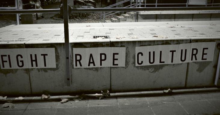 """An einer U-Bahn-Sastion hängt ein Schild mit der Aufschrift """"Fight Rape Culture"""""""