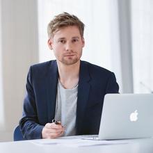 Porträt Erik Fluegge